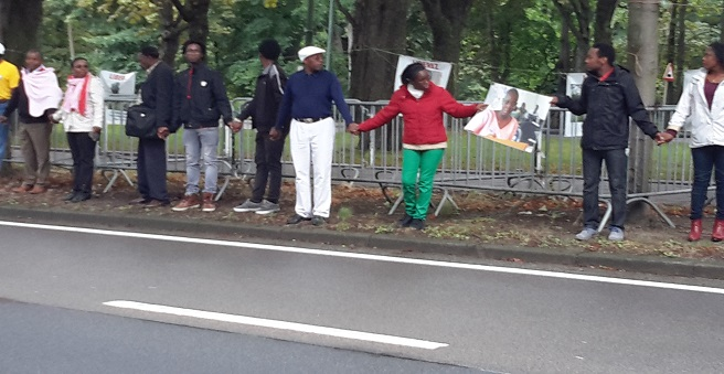 Une chaîne humaine devant l'ambassade du Rwanda à Bruxelles le 28/7/2015